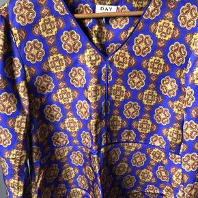 Smuk bluse fra DAY i str. 40 - kun brugt 2 gange.