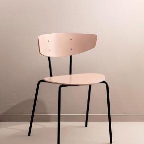 Rigtigt fin rosa stol fra Ferm Living. Helt perfekt stand. Nyprisen var 1999 kr. Kvittering haves. Skal hentes ved DR byen metrostation. Se målene på billede 3 🌸