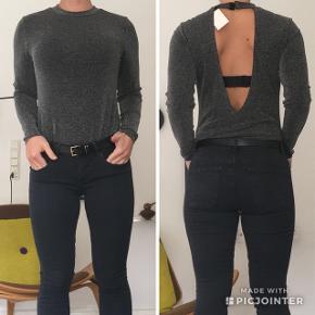 Bodystocking - bodystock bluse   Grå shiny top med åben ryg  Str. L, men lille i størrelsen og passer en medium  Aldrig brugt! Fortsat med mærke.  INGEN BYTTE & FAST PRIS