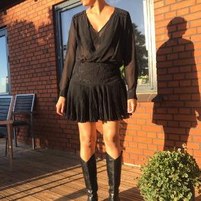 Fineste kjole jeg bare aldrig har fået brugt 🌸  Jeg bruger normalt M, og passer den perfekt.