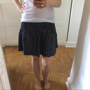 Nederdel fra Ganni, meget mørk blå. Fremstår som ny. Længde 40cm.