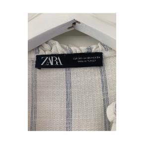 Sød kjole fra Zara str xs perfekt til nu, brugt 2 gange, ingen slid eller brugsspor, passer op til en lille M, nypris var 649kr  #trendsales #student