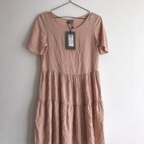Helt ny kjole. Aldrig brugt.
