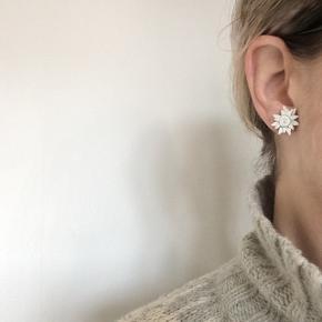 Unikke sølv ørestikker med hvid læder. Lavet af en tidligere kollega, i hendes spæde design år.  Ca. 1,7 cm.  Plus porto.  Bytter ikke.