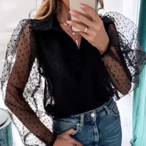 Chiffonskjorte i sort med prikket mønster