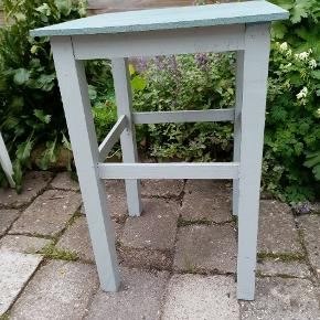 Fint lille taburet / bord Malet med kalk maling Måler 33 x 48 cm