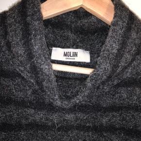 Lækker stribet sweater fra det danske brand Moliin. Der er uld i sweateren.  Sælges for 300kr. Køber betaler fragt.