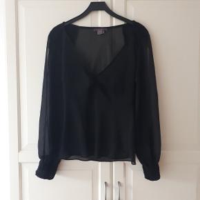 Sort bluse med åbne ærmer i str. L.  Måler ca 52 cm fra ærmegab til ærmegab. Og måler ca. 60 cm fra skulder og ned.  Hentes i Roskilde eller sender med DAO mod betaling af fragt.  #30dayssellout