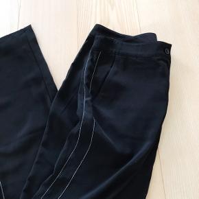 Straight bukser med hvide syninger i siden. Brugt to gange
