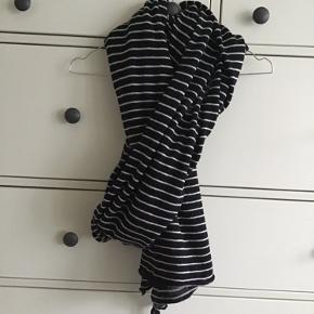 Aflangt strikket tørklæde i bomuld.