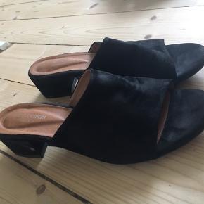 Flotte sandaler som står næsten som nye! Brugt 1-2 gange og er sort ruskind
