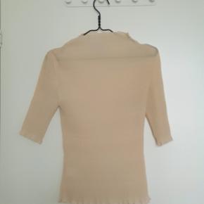 Flot creme farvet semitransperant bluse fra Ganni i crepet stof. Brugt få gange og fremstår som ny. Nypris 799,-