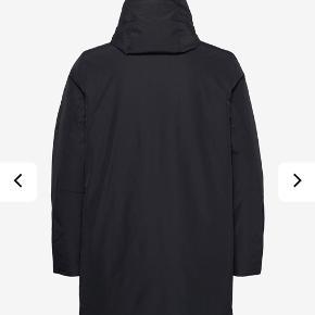 Jeg sælger denne jakke for min kæreste. Den er købt sidste vinter, og er blevet brugt minimalt. Derfor anses den som værende så god som ny og prisen er herefter. Byd og lad os tage prisen derfra :) kvittering haves   Str S.