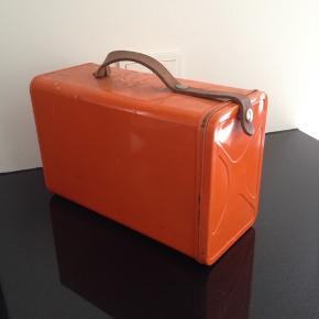 Madkasse i orange metal og med læderrem. 5 bakker