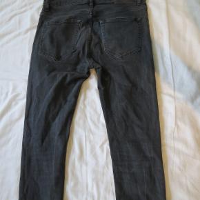 Samsoe Samsoe sorte jeans i slim fit str. W: 30 L:34 Der er ingen tydelige tegn på brug, men de ser heller ikke helt nye ud. Passer skinny/tapered