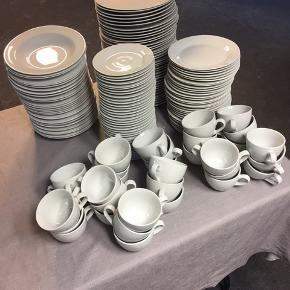 Aida service til gildesalen eller den store husholdning. Hvid  39 flade  28 dybe 31 dessert 32 kaffekopper med underkopper  Ingen skår