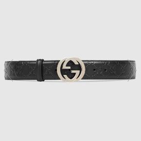 """Et Gucci bælte, hvilket er kaldt """"Gucci Signature leather belt"""" . Den er købt i vinter 2017 i Gucci butikken på strøget  Der er ingen tegn på slid og posen + boksen medfører.  Nypris er 2400 kr."""