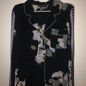Meget sød skjorte fra Storm & Marie💙 Kan muligvis også passe en str. medium.