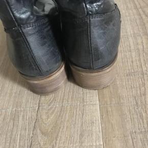 Varetype: Støvler Farve: Grå/sort  Brugt ganske få gange.  4 cm hæl. En smule lille i str.   Bytter ikke. Sendes med DAO.