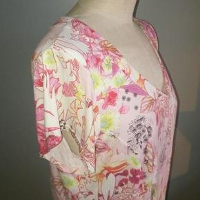 Eva & Claudi - bluse Str: XL Lakker bluse i sommer farver Mål: Skulder: 40 cm Bryst: 52 cm - gange  to - god stretch Længde: 56 cm Materiale: 90 % Viscose 10 % Elastane