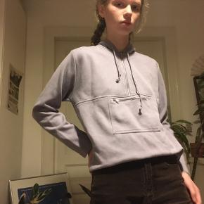 Lilla hættetrøje eller hoodie.
