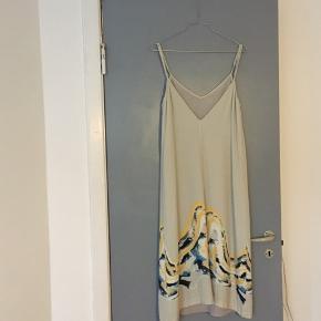 Super fin kjole fra Won Hundred 🕊 Vasket en enkelt gang og deraf skrumpet en smule, hvorfor jeg ikke længere kan passe den. Jeg vil gætte på, at den fitter en xs-s.  Nypris: 1200kr Bud ønskes 🌿