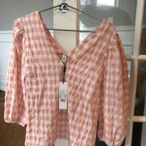 Obs: jeg sælger også bukserne i min anden annonce :-) Sælges pr. del for 200kr og sættet samlet for 400kr i alt.  Ny pris for sættet er 800kr. :-) aldrig brugt
