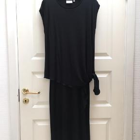 Varetype: Maxi Farve: Sort Prisen angivet er inklusiv forsendelse.  Blød og camouflerende kjole 😊. Kan bindes i siden eller lades hænge. Aldrig brugt.