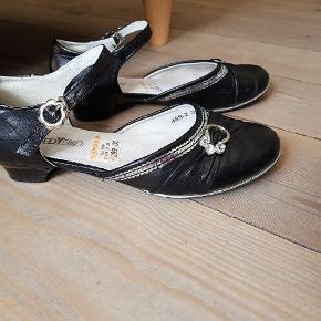 Fine sko/fest sko med lille hæl. Str 35.  Ikke været brugt meget, men med brugspor, se billederne.