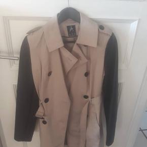 """Frakke med """"skind """" ærmer str M/38. Kort jakke Fra Pieszak str S, men passer også en m. Kom med et friskt bud?"""