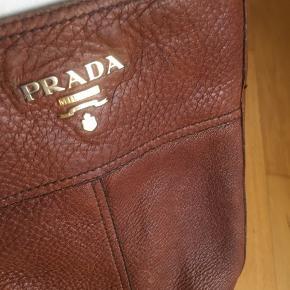 Prada støvler,lækker læder, brugt en del Der er mange år foran sig endnu. Passer en 38-38.5 Billigt. Æske og dustbag medfølger.  Man kan ikke se hvad der står på kvittering længer. Hel blank