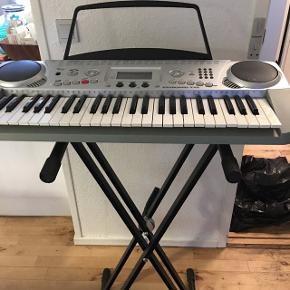 Elektronisk keyboard med professionel stativ som er stabilt og kan indstilles højt som lavt. Der medfølger strømstik