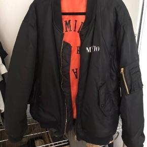 MUF10 FFP bomber jakke, oneSize og unisex så hvis din mand eller bror mangler en jakke, så går den også 😁 fitter oversize til kvinder, men på den cool måde. Den kan vendes om så den er orange. Den er brugt, men det kan man nærmest kun se på mærket foran der er lidt slidt. Nypris: 2600 kr. Er også åben for bud 👀