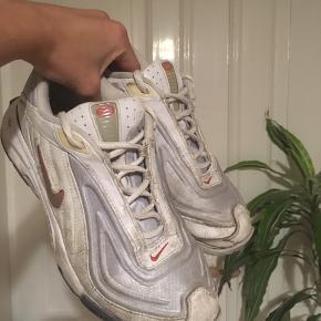 Mega fede sneakers, der desværre er meget slidte-den ene sål er løs. Derfor sælges de billigt