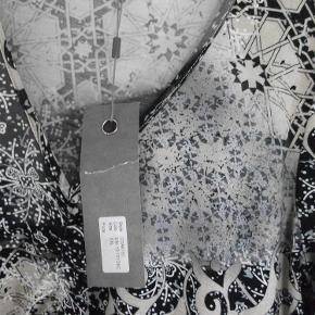 Varetype: ny kjole Farve: sort grå m.m.  style: coak 151 95% viscose 5% elasthane brystvidde: 106 cm - målet er taget uden at strække i stoffet - så målet kan øges da der er stræk i stoffet længde: 92 cm
