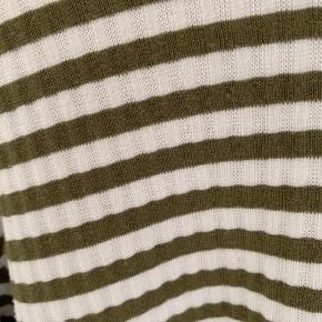 Kun brugt meget få gange. Trøjen er hvid med grønne striber. Fejler intet.