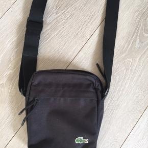 Sælger denne lacoste taske, da jeg aldrig bruger den. Nypris 600kr