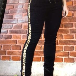 Smukke bukser de er nye med tags  Og aldrig brugt kun prøvet de er så  Flotte 😊😊😊