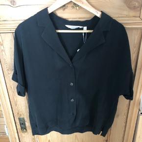 Meget fin skjorte t-shirt i lækker kvalitet fra &Other Stories. Sælges da den ikke passer i størrelsen.