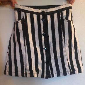 Har været så glad for denne nederdel, men kan desværre ikke passe den mere.   ❤️❤️❤️❤️❤️❤️❤️❤️❤️❤️  Sælger gerne flere ting til en god samlet pris og du er selvfølgelig velkommen til at komme med et bud!