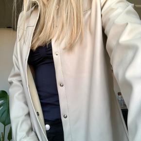 Helt vildt fin ruskindslignende skjorte/overdel. Den er aldrig brugt og fremstår derfor som ny.