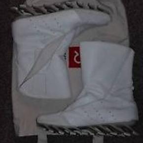 Et par sneaks/støvler, med design i særklasse. Skildpadde dig ud med et par Adidas x Rick Owens Springblades high.  De er næsten ikke brugt, grundet størrelsen..  Fitter en 45.  1899,-