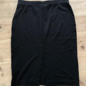 Knælang basic nederdel med slids. Prisen er eks fragt (fragt er ca. 30kr)