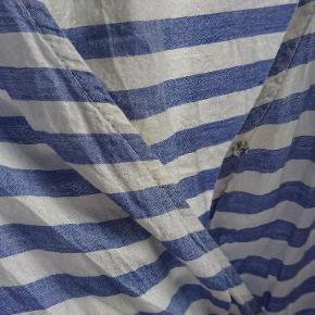 Stribet jumpsuit / buksedragt med blå og hvide striber . Knappen til lukning kan trænge til udskiftning .
