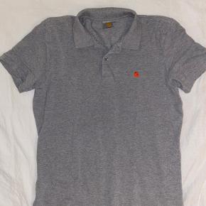 Vintage polo fra Carhartt med rødt syet logo