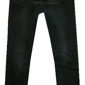 Smarte jeans fra MTTFSS Weekday i str 31/34. Buksen er i 98% bomuld og 2% elestan. Livvidde 44 cm, livhøjde 25 cm, benlængde 84 cm.