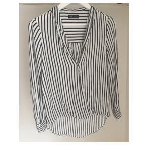 Zara skjorte / bluse med sort / hvid striber og V udskæring. Str S. Brugt en håndfuld gange.  Bytter ikke!:)  Afhentes på Christianshavn eller kan sende med DAO.