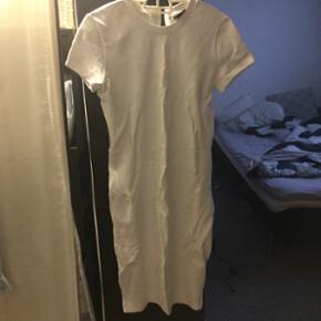 Bodycon kjole fra selected femme - sælger fordi den sidder lidt for løs på mig Den har bare ligget i skabet 💫 Np 500 kr