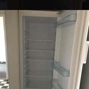 Køleskab   Ingen skader eller ridser.  Den fejler intet og vi har KUN brugt den gang og har ikke plads til vores køkkenet. Vi købte mindre version af den. BYD gerne ind.