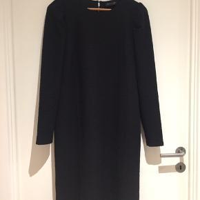 Kun prøvet på. Fin klassisk sort kjole, midi længde.